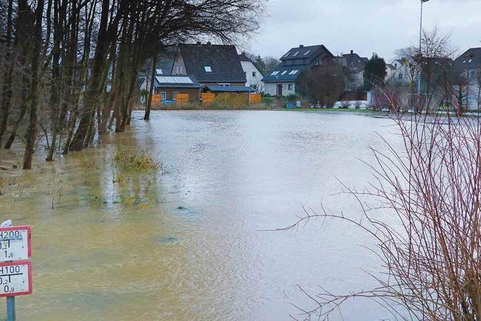 Katastrophen-Schutz rückt aus: Sturm überflutet Stadt