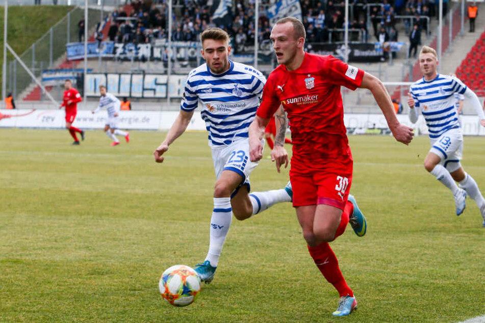 Joshua Bitter versucht FSV-Mittelfeldmann Julius Reinhardt den Ball abzunehmen.