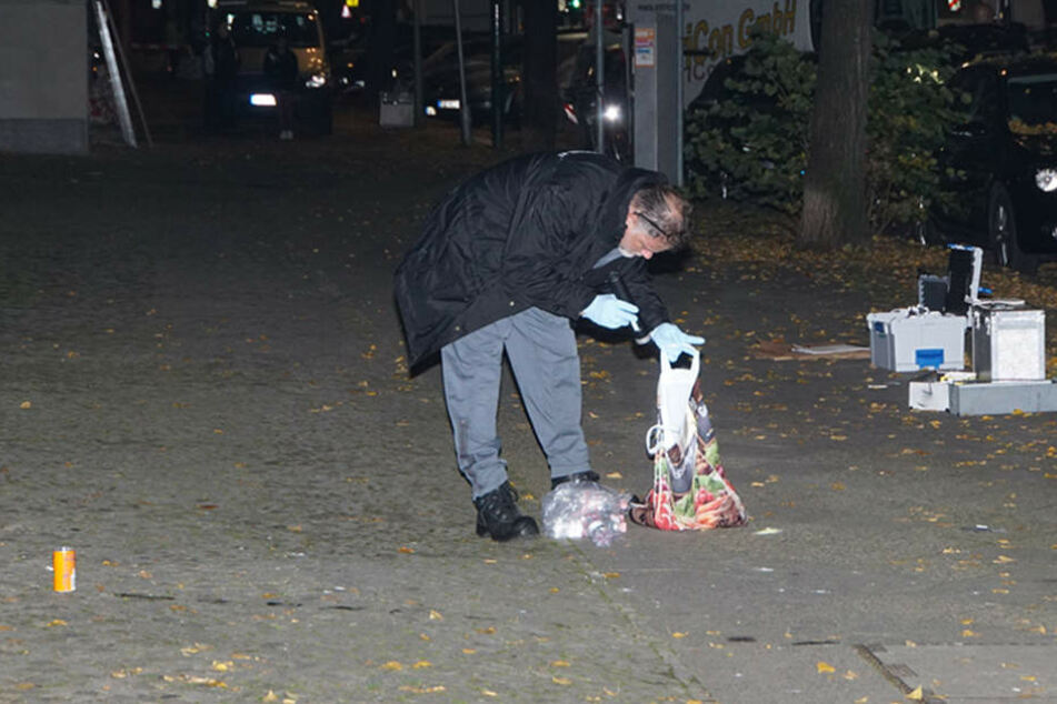 Ein Beamter sichert vor Ort Spuren und Beweismittel.