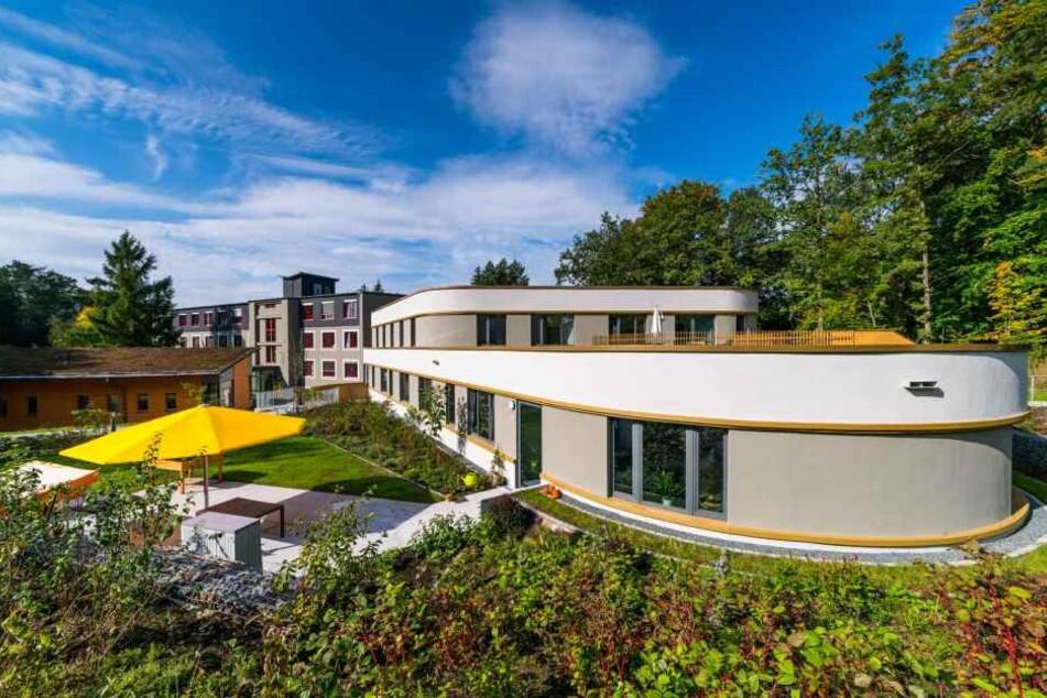 Hinter dieser modernen Architektur könnte Euer neuer Job liegen, inmitten einer wunderschönen Natur.