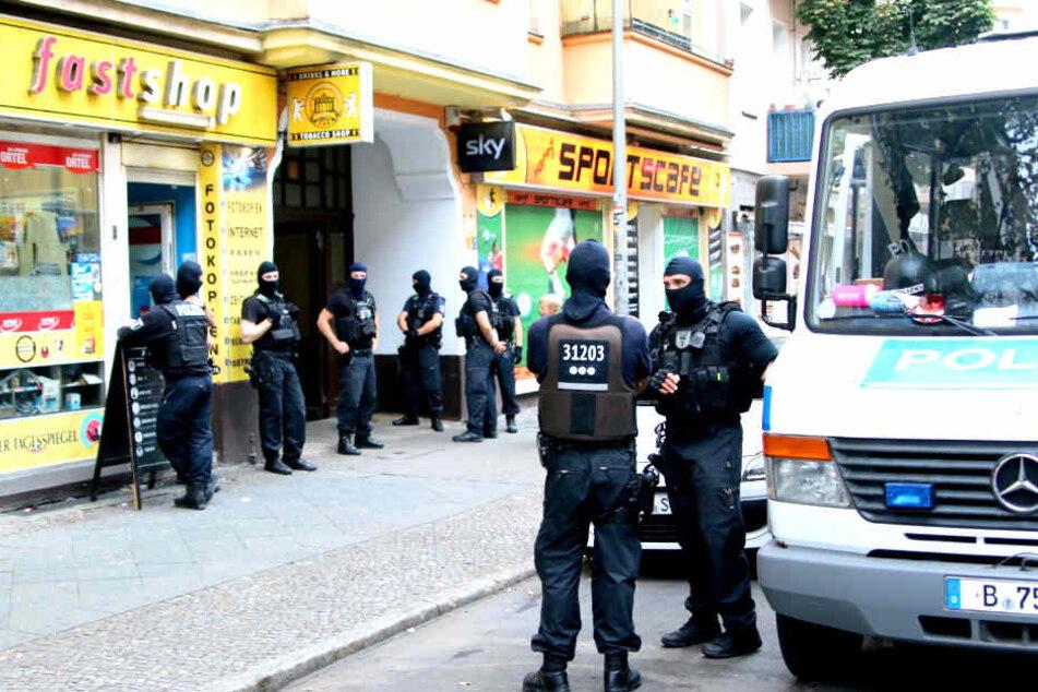 In Berlin-Neukölln hat die Polizei am Mittwochmorgen einen Imbiss durchsucht.