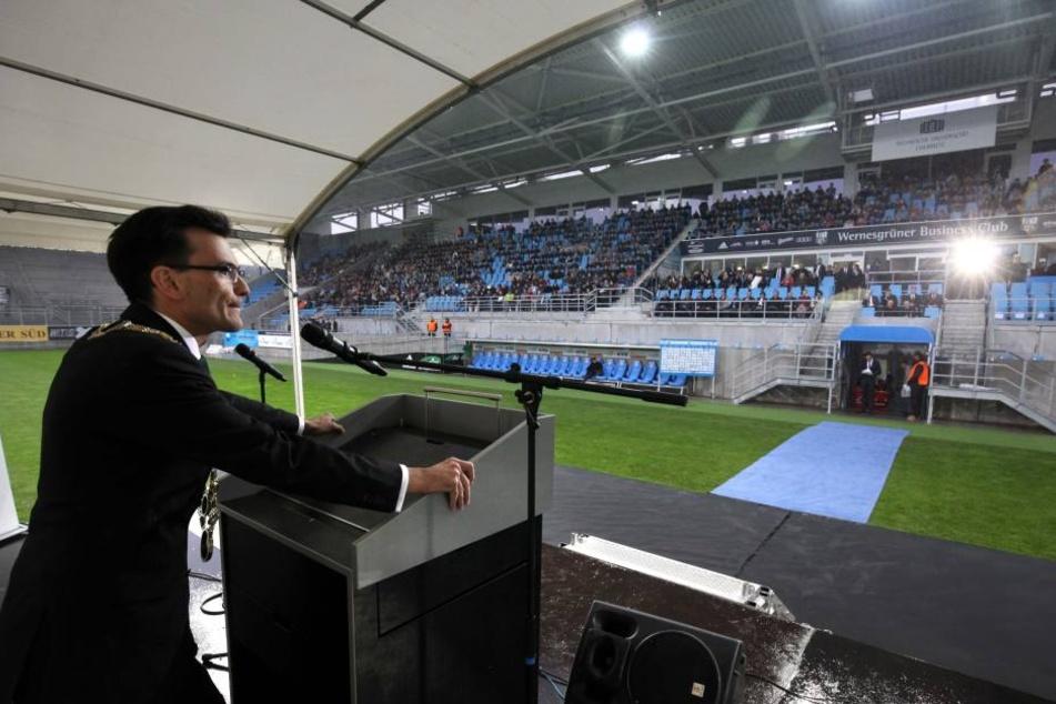 Machte im Regen das Beste draus: TU-Rektor Gerd Strohmeier (41) hatte bei  seiner Rede zum Glück ein Dach über dem Kopf.