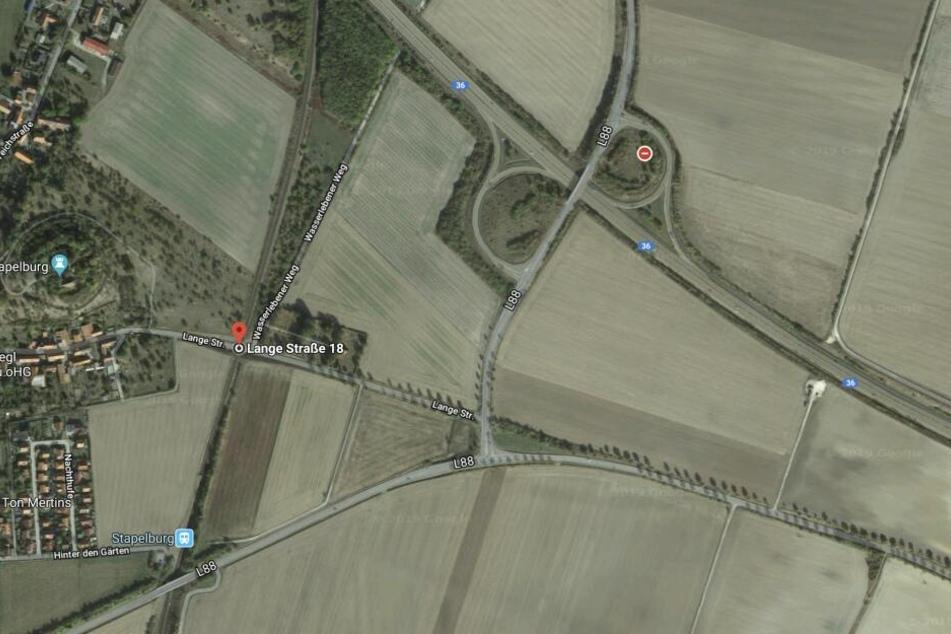 An der Eisenbahnbrücke in der Langen Straße in Stapelburg blieb der Transporter stecken.