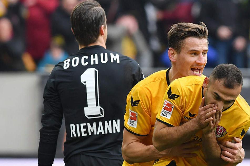 Zweimal konnten die Dynamos den Bochumer Schlussmann überwinden. Hier freuen sich Stefan Kutschke und Akaki Gogia.