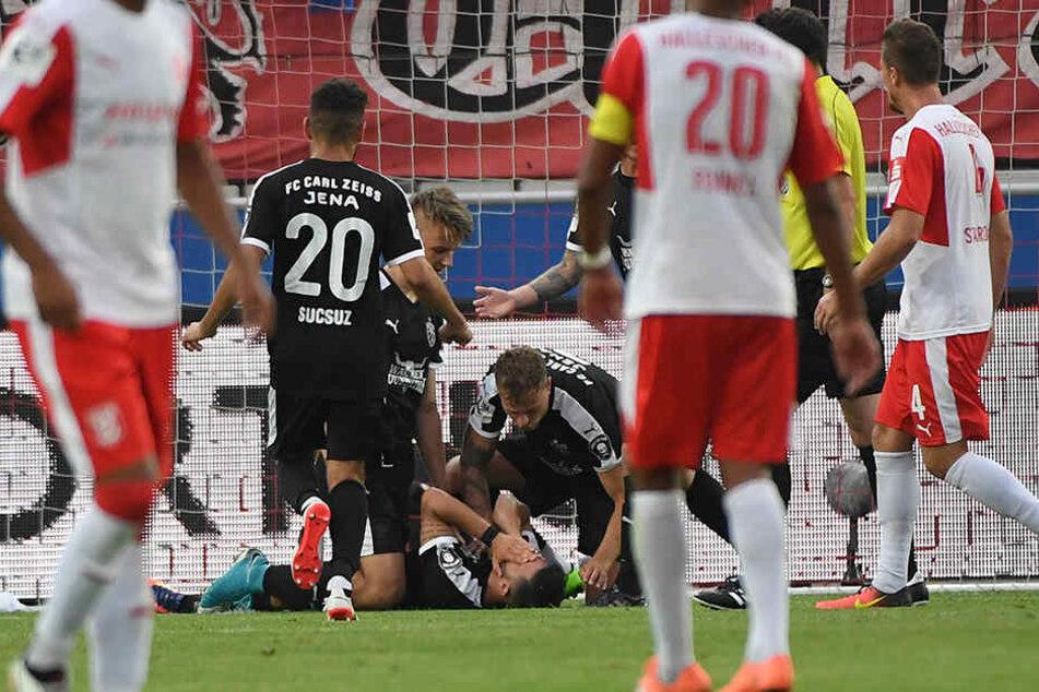 2:0-Torschütze David Tuma wird von seinen jubelnden Mannschaftskollegen begraben.
