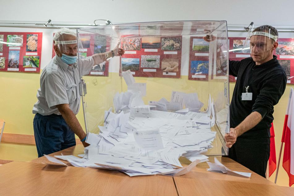 Wahlhelfer in Breslau kippen nach den Präsidentschaftswahlen die Wahlurne aus und beginnen mit der Auszählung der Stimmen.