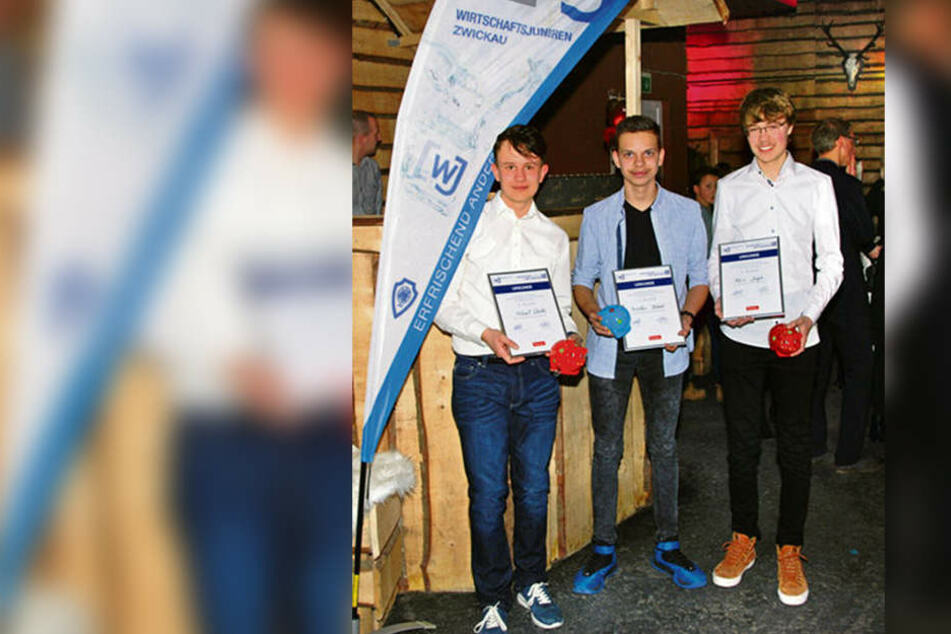 """Nicolaus Blank (Mitte) gewann beim Schülerquiz """"Wirtschaftswissen im Wettbewerb"""" den ersten Preis und ein Siegergeld von 200 Euro."""