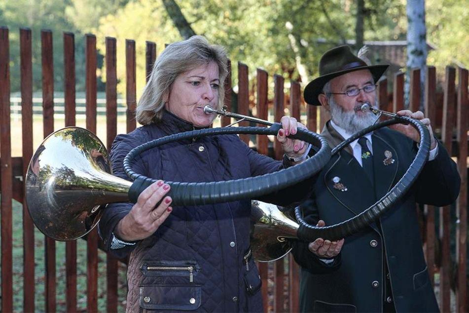 Die Gellertberger Jagdhornbläser musizierten auf der Baustelle im Wildgehege.