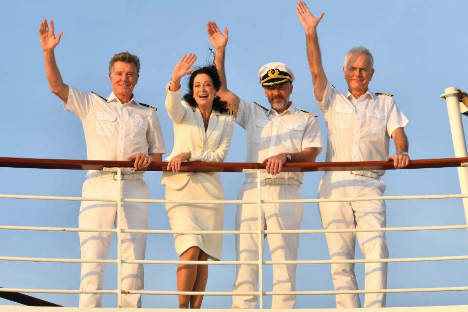 Die Crew auf dem Weg nach Sambia: Erster Offizier Martin Grimm (Daniel Morgenroth, 2.v.r.), Hanna Liebhold (Barbara Wussow, 2.v.l.), Dr. Sander (Nick Wilder, l.) und Oskar Schifferle (Harald Schmidt, r.).