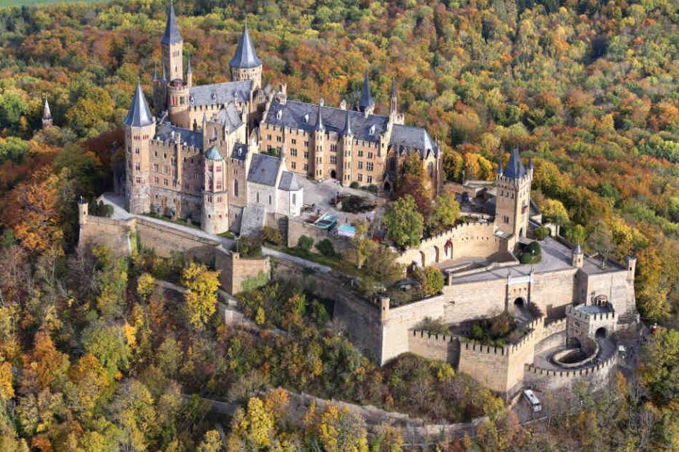 Die Burg Hohenzollern umrahmt vom herbstlichen Wald im vergangenen Jahr.