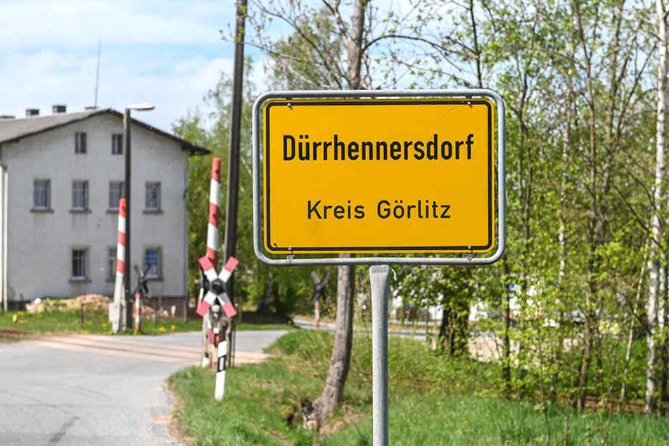 Großeinsatz in Dürrhennersdorf: Die Kameraden löschten mehrere Stunden bis in die Nacht.