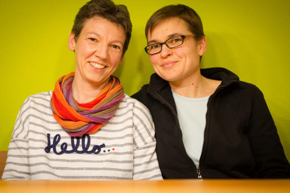 Das gleichgeschlechtliche Paar Katja (l.) und Katharina (r.) sitzt in seiner Wohnung. Das Paar hatte sich 2015 in der evangelischen Kirche segnen lassen, die Segnung wurde jedoch nicht in den Kirchenmitteilungen öffentlich gemacht.