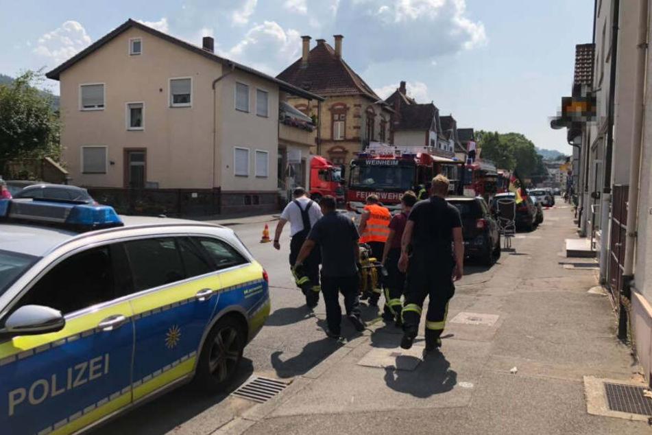 Die Rettungskräfte transportierten den jungen Mann mit einer Trage in Richtung des Rettungswagens.