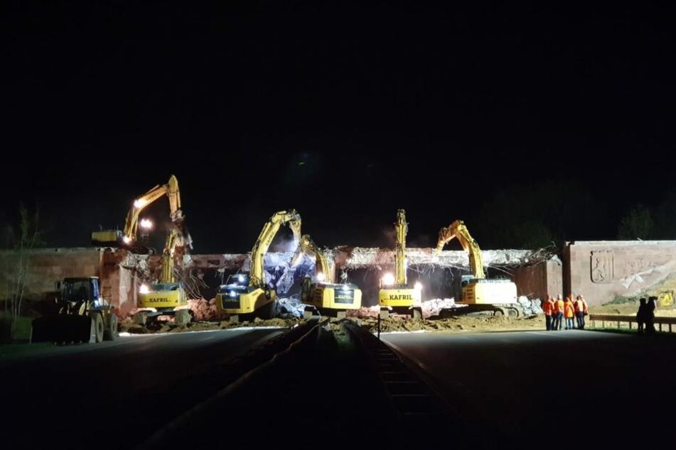 Ganze sechs Bagger haben in der Nacht zu Sonntag die Brücke der Riesaer Straße über die A14 abgerissen.