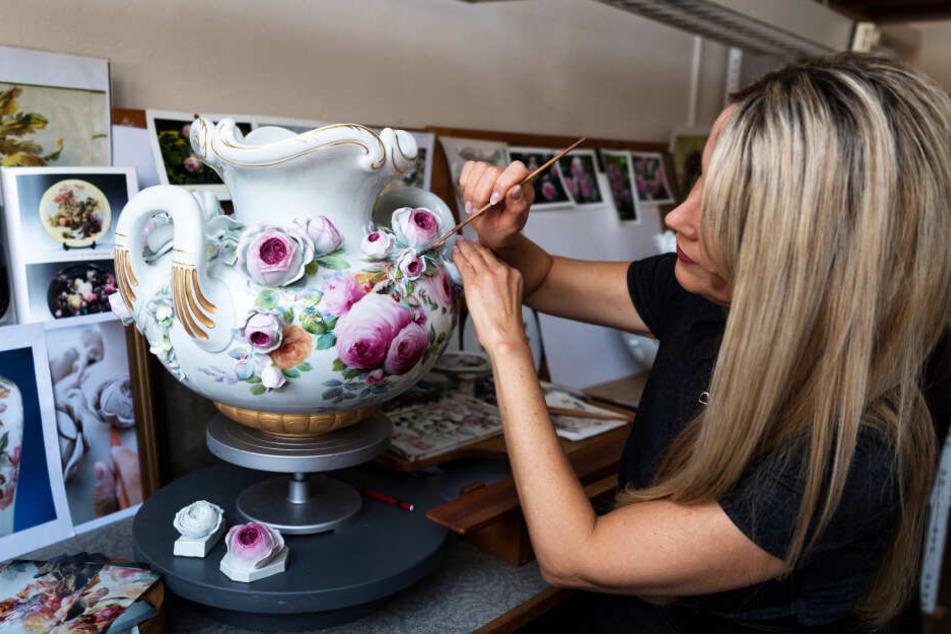 Eine Porzellanmalerin von Meissen. Die Manufaktur blieb weiter hinter ihren Umsatzzielen zurück.