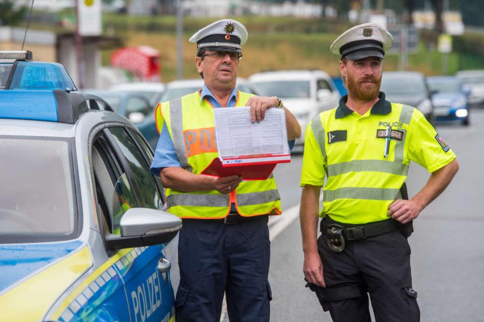 Tschechische und deutsche Polizisten beobachten den Verkehr - hier Ladislav Marek (37, r.) und Gunter Hörl (59).