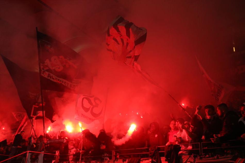 """Einigen """"Fans"""" stieg die Stimmung wohl zu Kopf. Schon wieder wurde in Frankfurt mit Pyrotechnik gezündelt."""