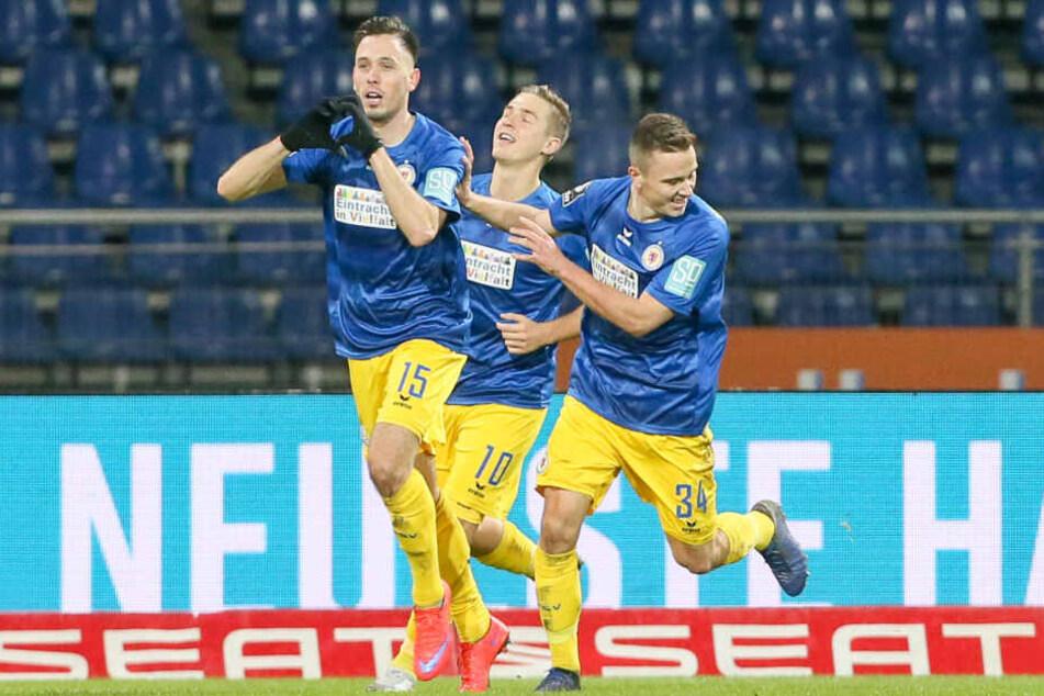 Die Braunschweiger Marcel Bär (Torschütze), Martin Kobylanski und Mike Feigenspan jubeln nach dem Tor zum 1:0.