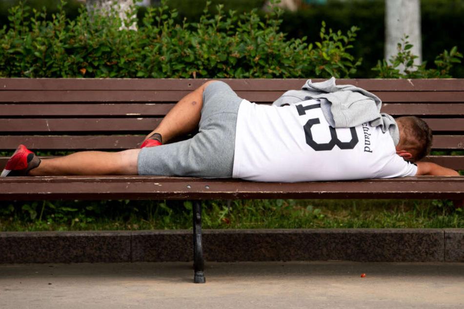 Kinder nähern sich schlafendem Mann auf Bank: Als sie sehen, was er bei sich hat, kommt die Polizei ins Spiel