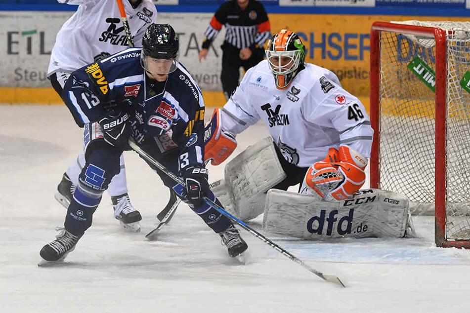 Die Eispiraten können heute auf Förderlizenzspieler Christoph Körner (v., im Trikot der Eislöwen) bauen.