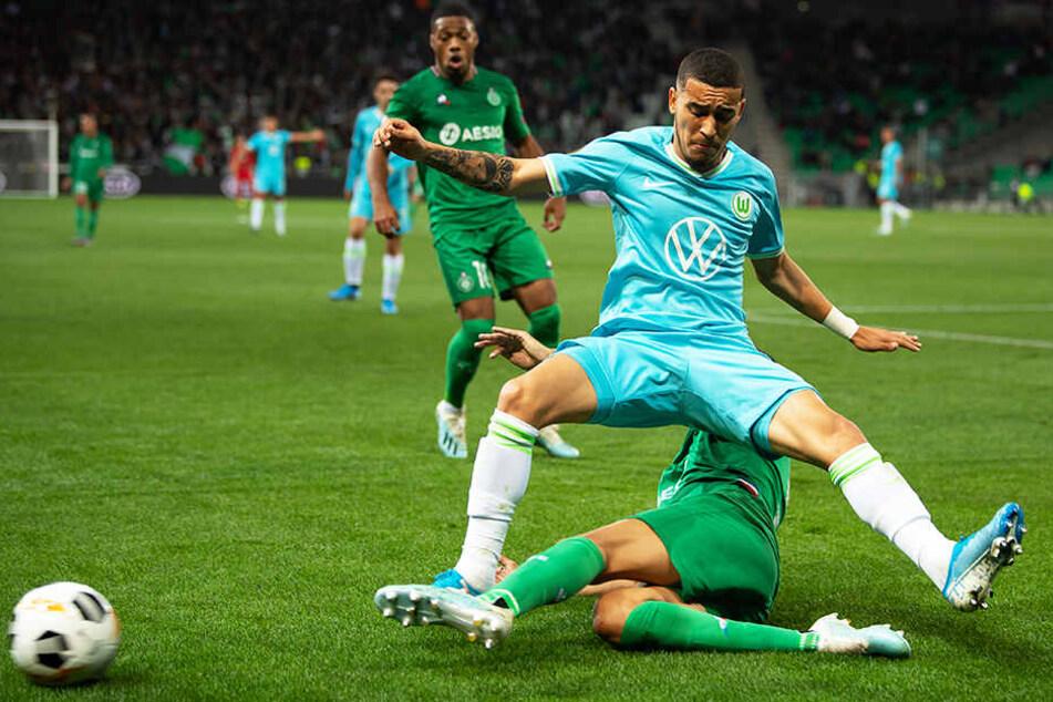 Wolfsburgs Torschütze William wird hart von St.-Etiennes Timothée Kolodziejczak abgegrätscht.