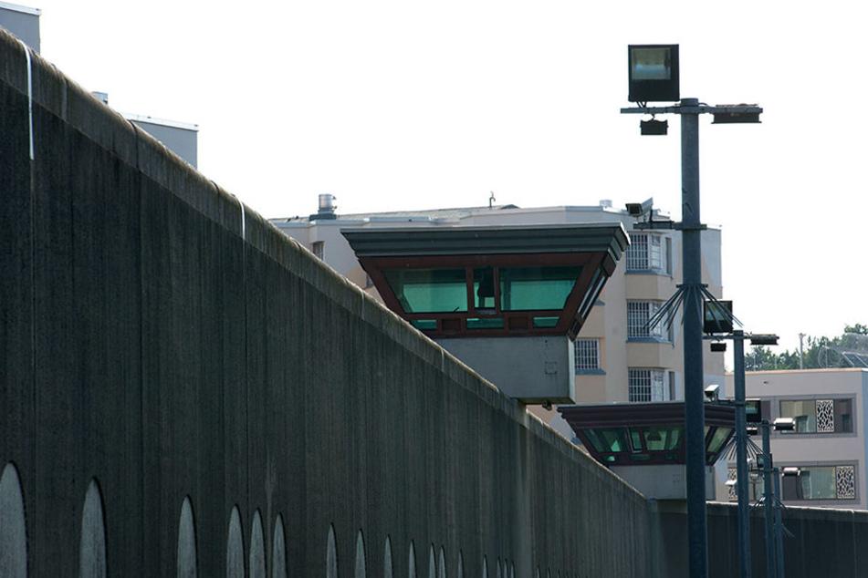 Sicherheitsleuchten und Überwachungskameras sind am vor einem Gebäude auf dem Gelände der Justizvollzugsanstalt Tegel zu sehen.