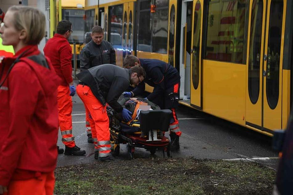 Rettungskräfte bei der Versorgung eines Verletzten.