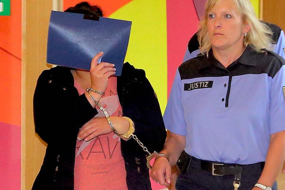 Susanna S. (29 auf dem Weg zum Gerichtssaal.