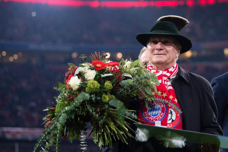 Uli Hoeneß wird vor dem Spiel gegen Leverkusen.