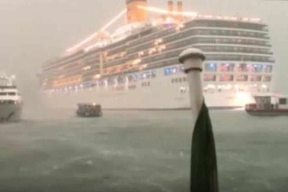 Die Costa Deliziosa fuhr trotz des Unwetter durch die Lagunenstadt.
