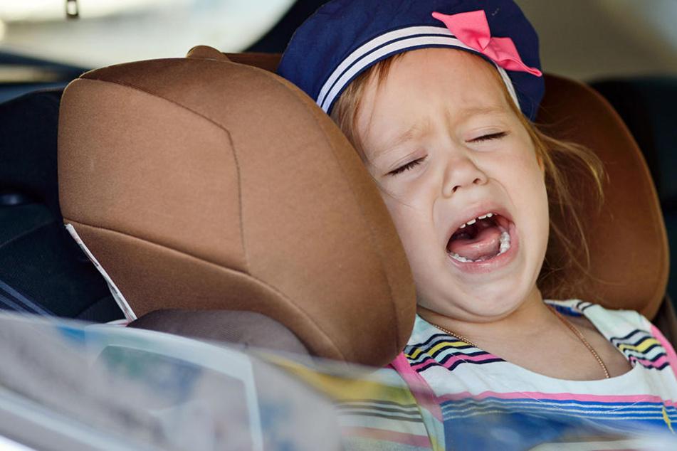Die Kinder schrien und weinten in dem abgeschlossenen Wagen, bis Passanten die Polizei alarmierten.