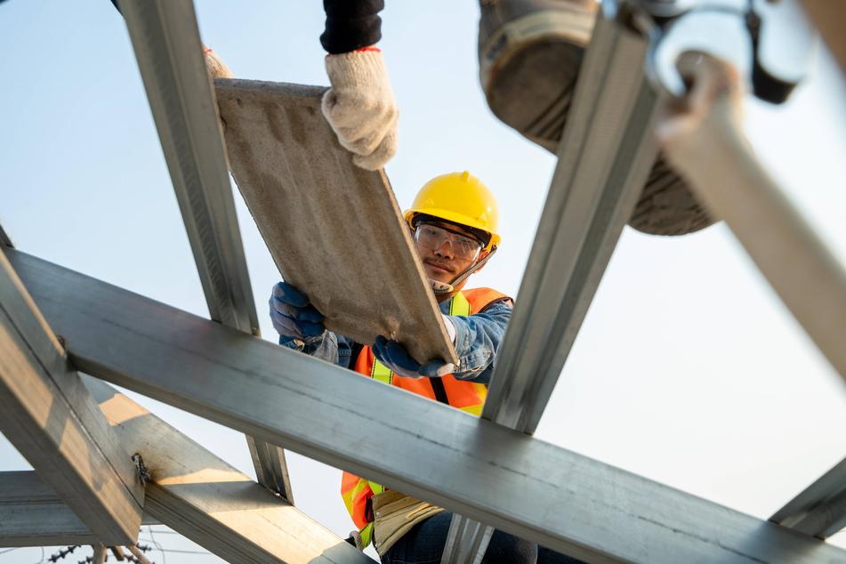 Dachdecker erhalten seit Anfang des Jahres einen höheren Mindestlohn.