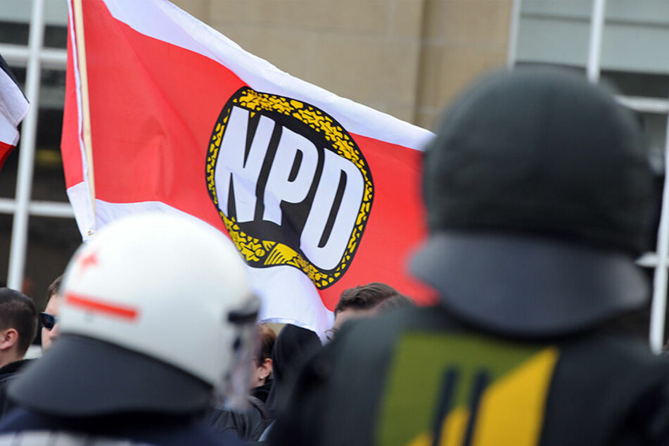 Die NPD will sich nicht an Regeln halten und lautstark gegen die Bundeskanzlerin demonstrieren.