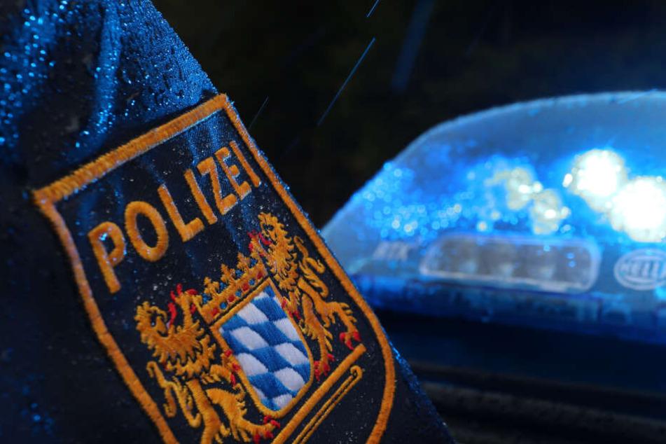 Die Polizei sperrte die Unfallstelle in beide Fahrtrichtungen ab. (Symbolbild)