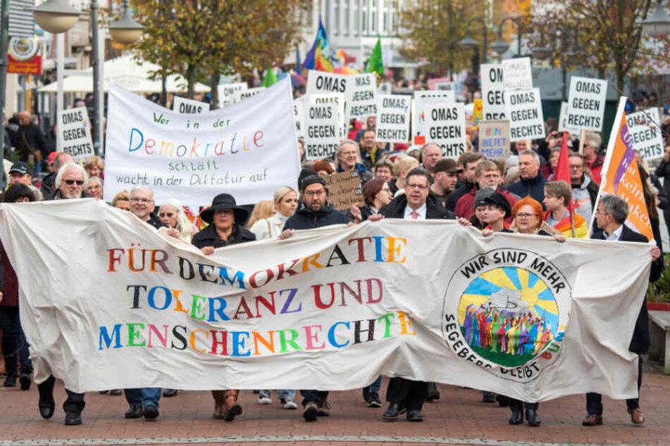 Rund 1500 Menschen demonstrierten in Bad Segeberg gegen Neonazis.
