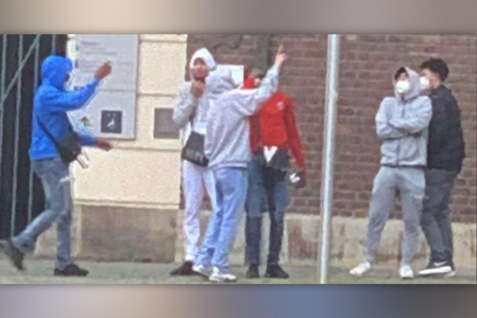 Den Verdächtigen wird Sachbeschädigung durch Feuer sowie die Verletzung von Flaggen und Hoheitszeichen ausländischer Staaten vorgeworfen.