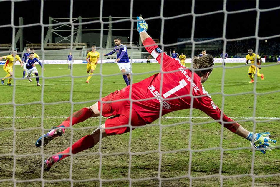 Dimitrij Nazarov versenkte den Elfmeter gegen KSC-Keeper Dirk Orlishausen ganz sicher.