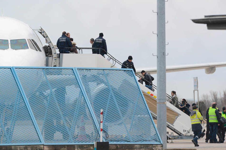 Abschiebung per Flugzeug: Tunesien etwa macht hier strikte Vorgaben.