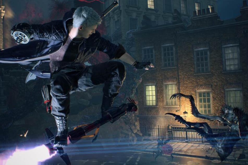 """Jeder der drei Charaktere verfügt über einen eigenen Kampfstil. So nutzt Nero seine neue Armprothese, den """"Devil Breaker"""", um coole Kombos zu liefern."""