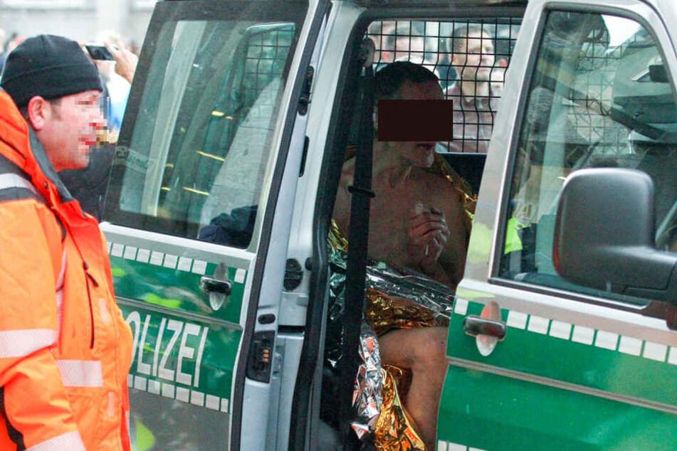 Der Flitzer wurde von den Beamten zu einem Auto gebracht und in Folie gekleidet.