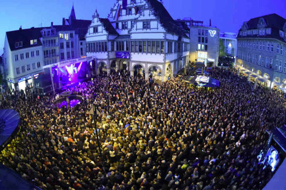 Volle Hütte beim Open-Air-Konzert von Glasperlenspiel beim Paderborner Frühlingsfest.