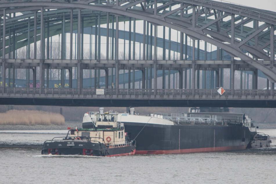 """Zwei Schubschiffe transportieren das neue Tankschiff """"Spera"""" unter den Elbbrücken hindurch."""