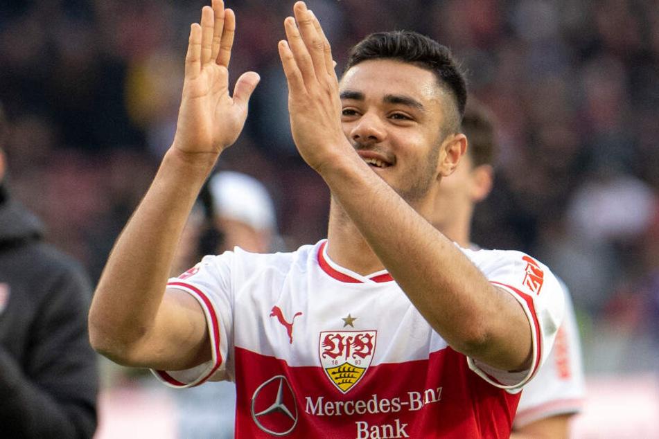 Lässt sich nach seinen zwei Treffern im Spiel gegen Hannnover 96 von den VfB-Fans feiern: Ozan Kabak.