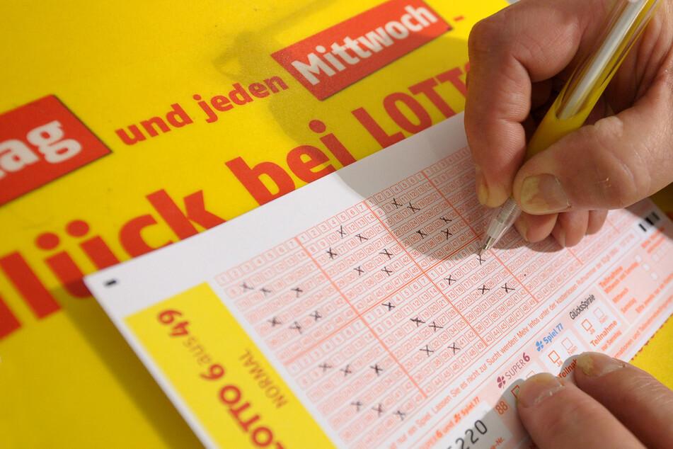 Ein Lotto-Schein wird in einer Lotto-Annahmestelle ausgefüllt. Achtung, Glücksspiel kann süchtig machen!