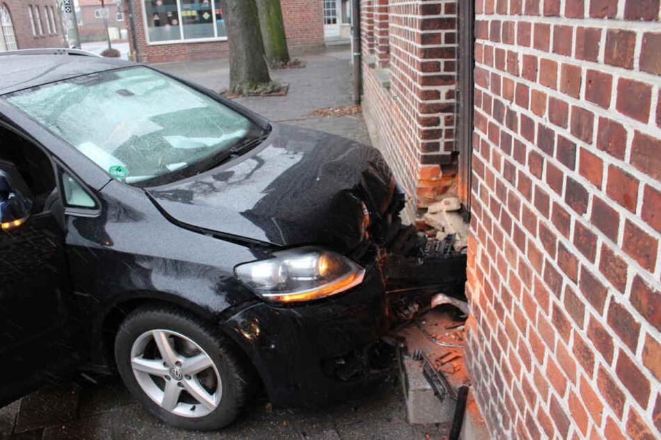 So ähnlich könnte es ausgesehen haben, als ein führerloses Fahrzeug Sonntagabend gegen eine Hauswand krachte. (Symbolbild)