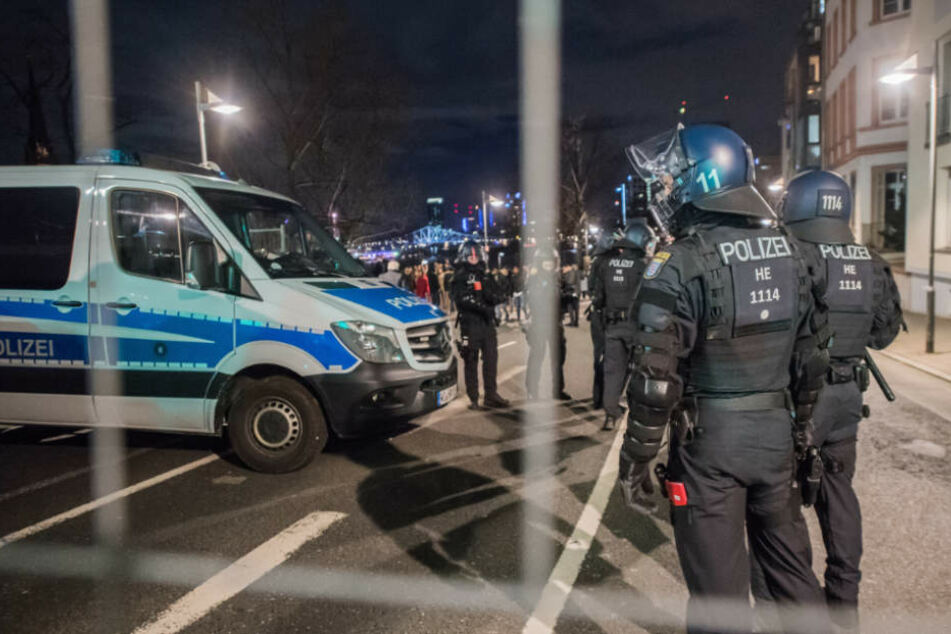 Nach Angriffen auf Polizisten an Silvester: Beuth fordert sechs Monate Haft!