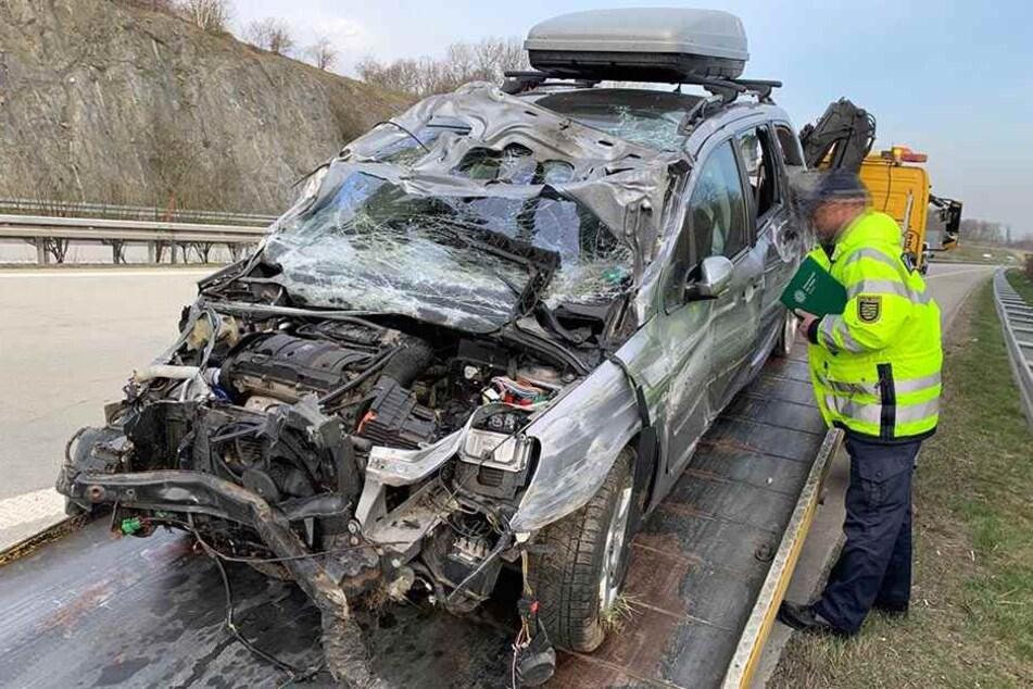 Peugeot schleudert über A17-Fahrbahn und kracht gegen Leitplanke: Fahrer verletzt!