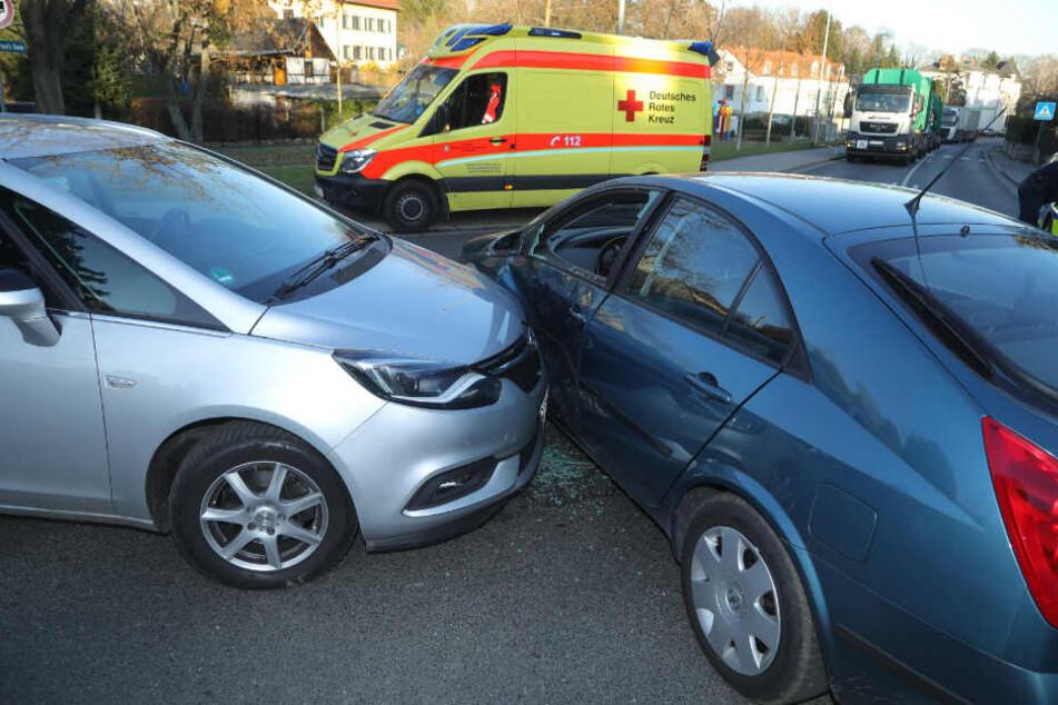 In Folge des Unfalls wurde eine Scheibe des Nissan Primera zerstört.