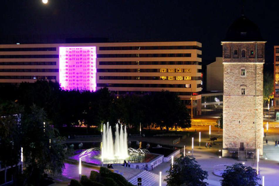 Ein Hingucker. Der Brunnen Am Roten Turm zieht die Stadtbummler an - tags wie nachts.