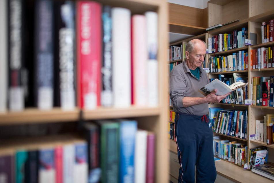 Der 81-jährige Häftling Werner R. steht in der Bücherei der Abteilung für lebensältere Inhaftierte in der JVA Bielefeld-Senne.